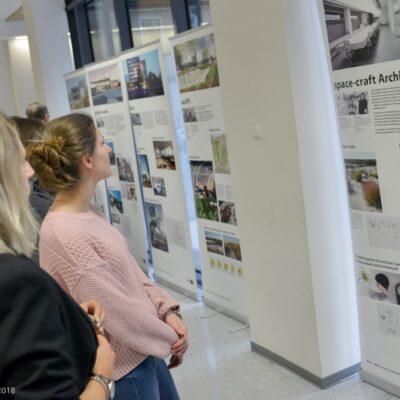 """Zwiedzający wystawę """"Młodzi wiedeńscy architekci"""""""